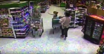Norah macha do Dana w sklepie