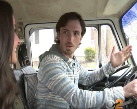 Dorosły Kyle siedzący za kierownicą, świeżo odebranego samochodu