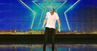 Zdenerwowany chłopak staje na scenie - gdy zaczyna śpiewać zamyka usta wszystkim, którzy w niego wątpili