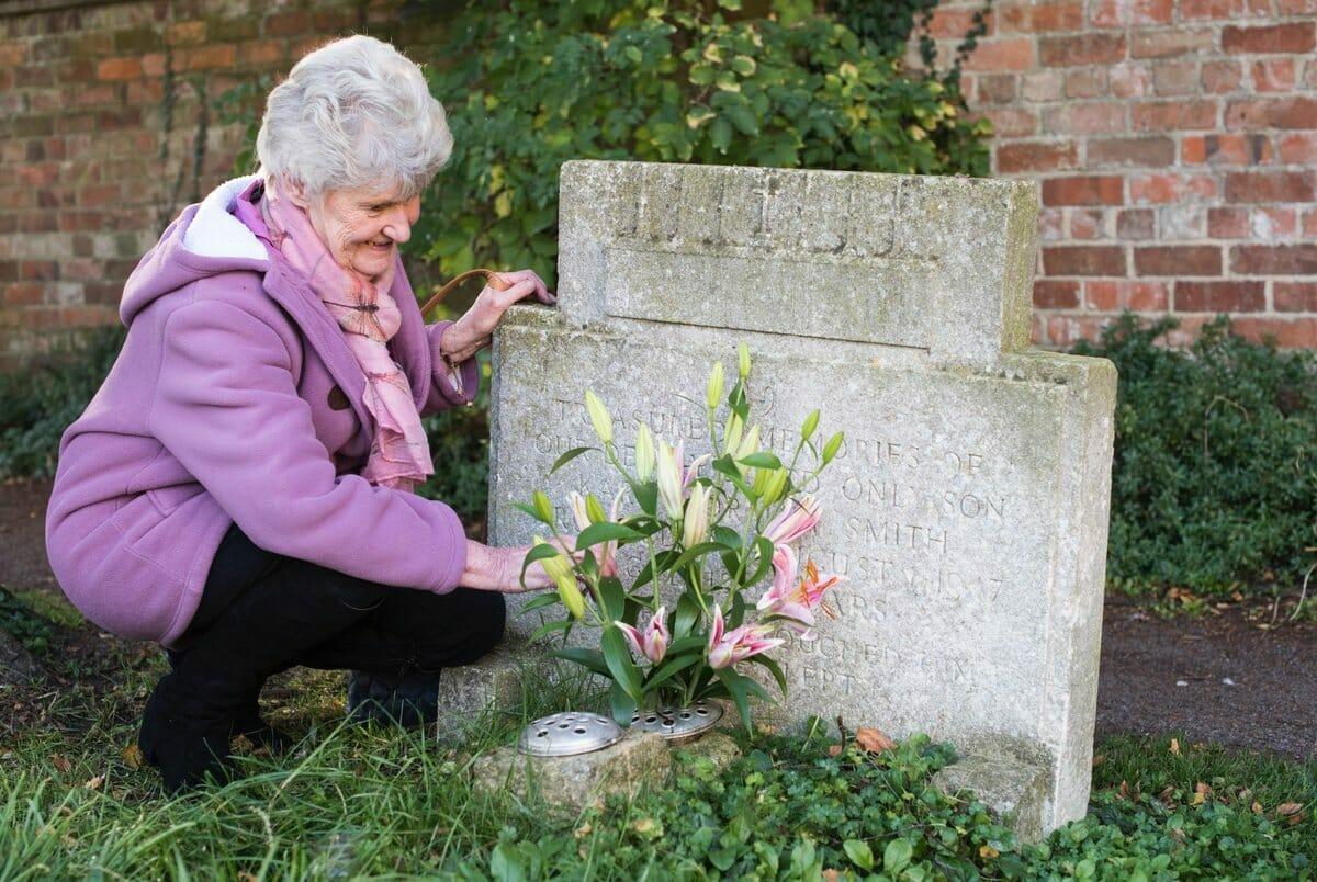 Ann odwiedzająca grób brata