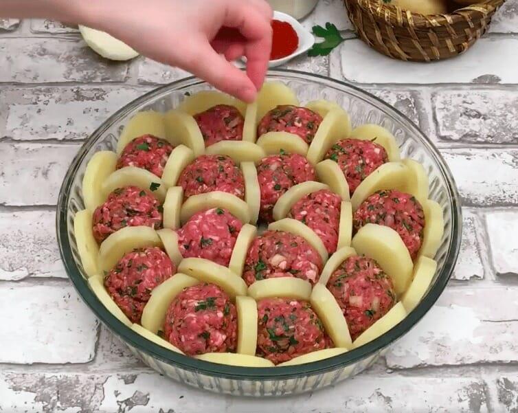 Ziemniaki ułożone na sztorc pomiędzy klopsikami