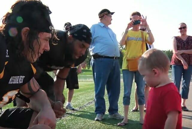 Chłopcy rozmawiający z małym Liamem