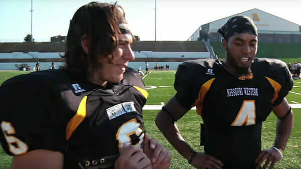 Jack i Shane w strojach futbolowych
