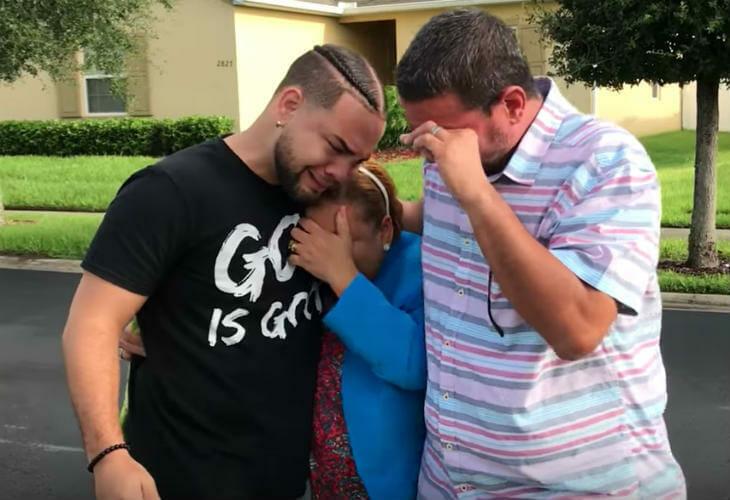 LeJuan wraz z rodzicami płaczą ze wzruszenia, po tym jak rodzice dowiedzieli się, że syn kupił im dom