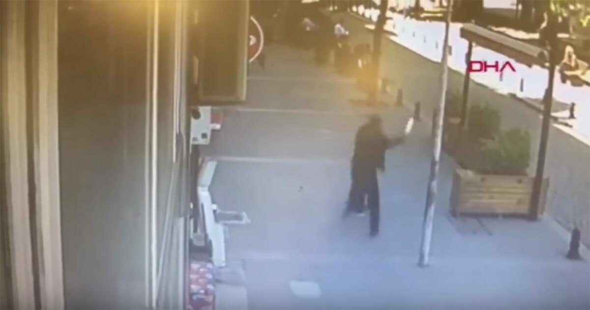 mężczyzna bije kobietę