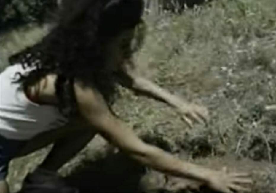 Azita odkopująca ziemię