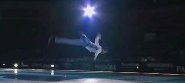 Ryan podczas swojego występu - mężczyzna wykonuje jedną z łyżwiarskich akrobacji
