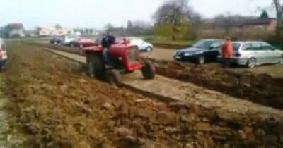 Pavao, który orze traktorem swoje pole, uniemożliwiając wyjazd stojącym na nim samochodom