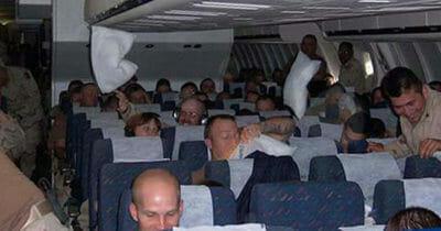 pasażerowie w kabinie samolou