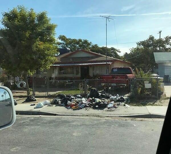"""Sterta śmieci zwrócona """"właścicielowi"""" na chodnik przed jego domem"""