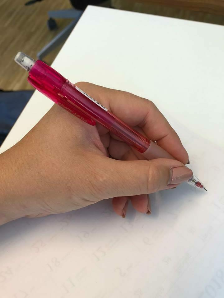 lewa ręka pisze