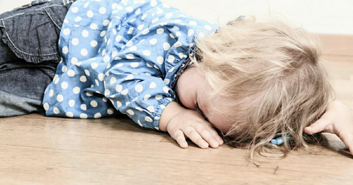 Bezradna 2-latka umarła z głodu w mieszkaniu podczas gdy jej matka tańczyła za pieniądze