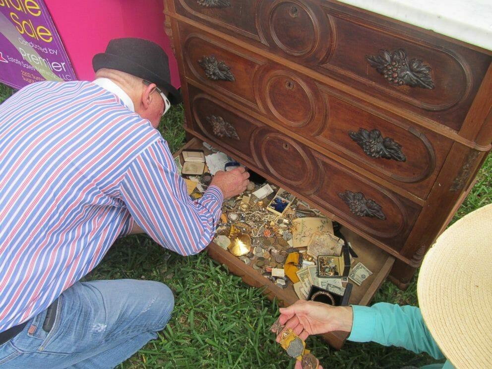 Emil otwiera ukrytą szufladę komody