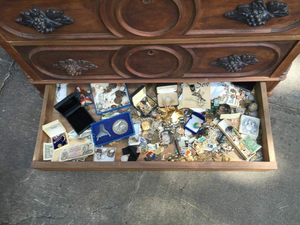 Skarby ukryte w tajemniczej skrytce komody
