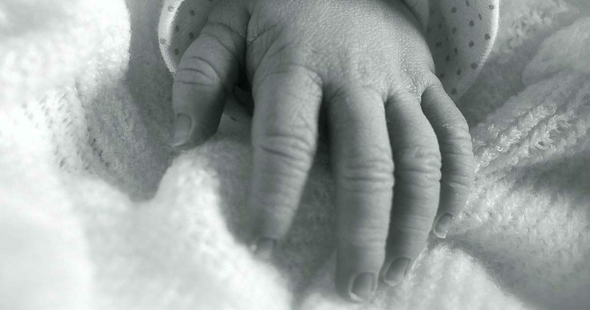 3-letni chłopiec umiera na skutek gwałtu, a jego 10-miesięczna siostra ląduje w szpitalu - matka zrzuca winę na ojczyma
