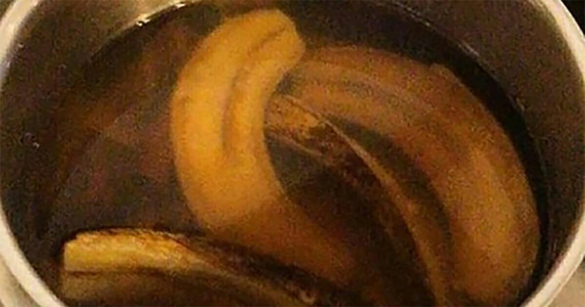 Gotujące się w garnku skórki banana