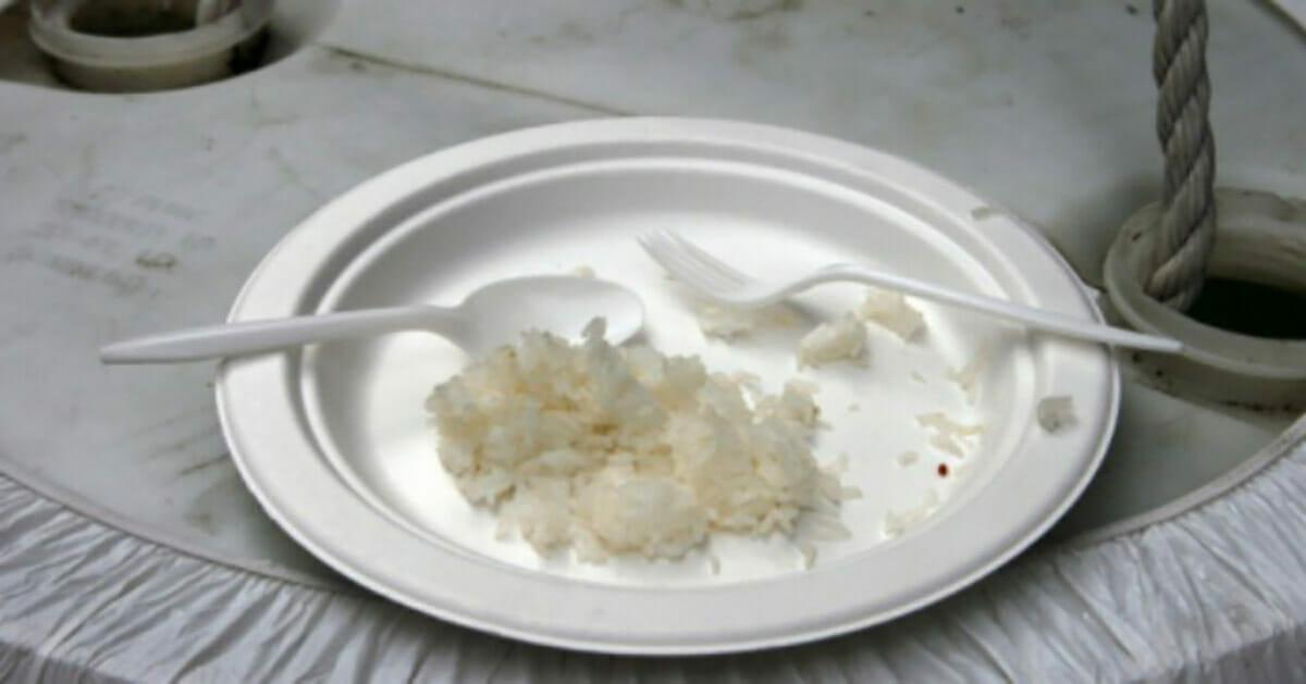 Niedojedzony ryż na talerzu