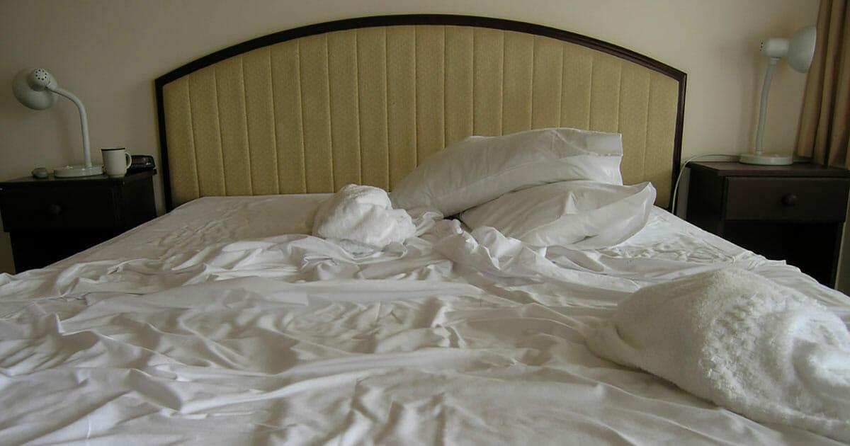 łóżko w hotelowym pokoju