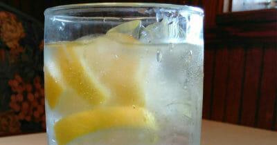 Dlaczego nie powinno się zamawiać wody z plasterkami cytryny - powód jest bardziej odrażający niż myślisz