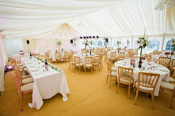 Sala weselna przygotowana na przyjęcie gości