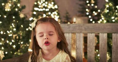 Dziewczynka śpiewa świąteczny klasyk