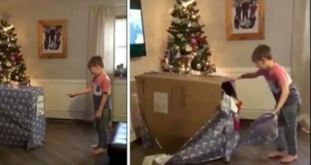 Chłopiec otwiera świąteczny prezent, o którym marzył - widząc jego reakcję, trudno powstrzymać łzy