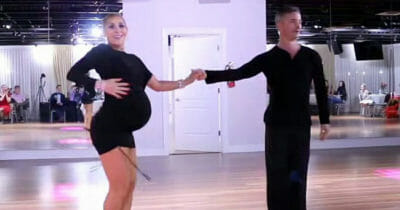 Kobieta w zaawansowanej ciąży tańczy salsę z partnerem