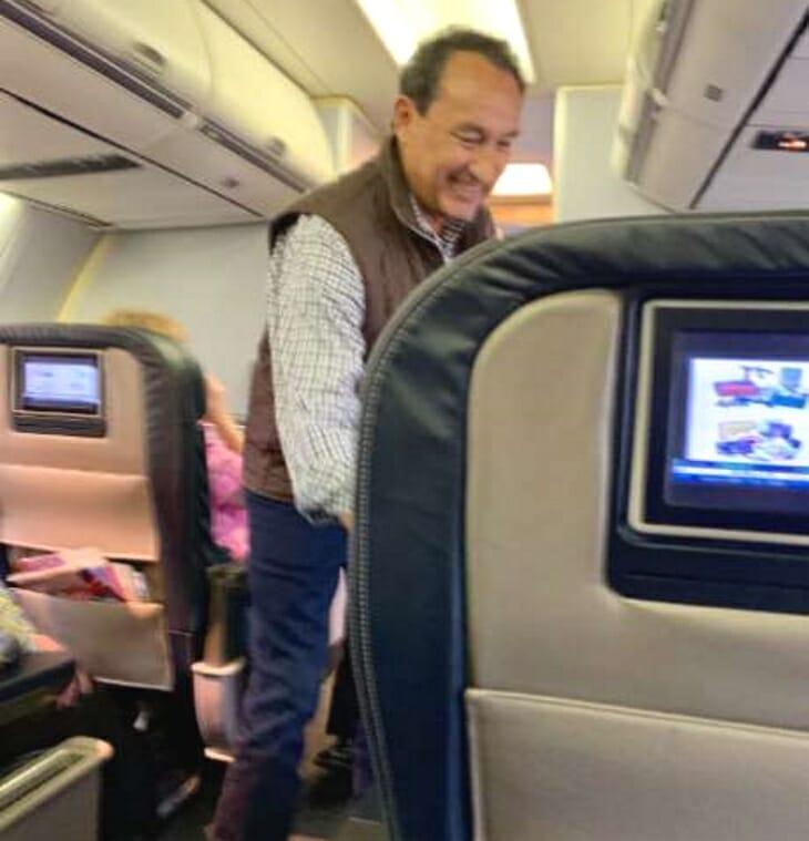 Oscar Munoz witający się z pasażerką drugiej klasy