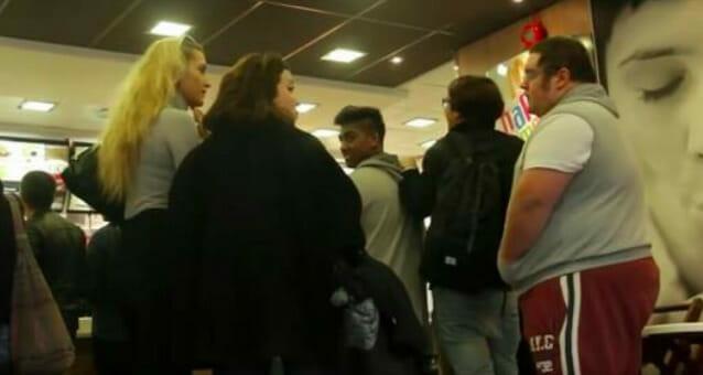 Dziewczyny wyzywają otyłego chłopaka w McDonald's - chwilę później dosięgła je karma z pełną siłą
