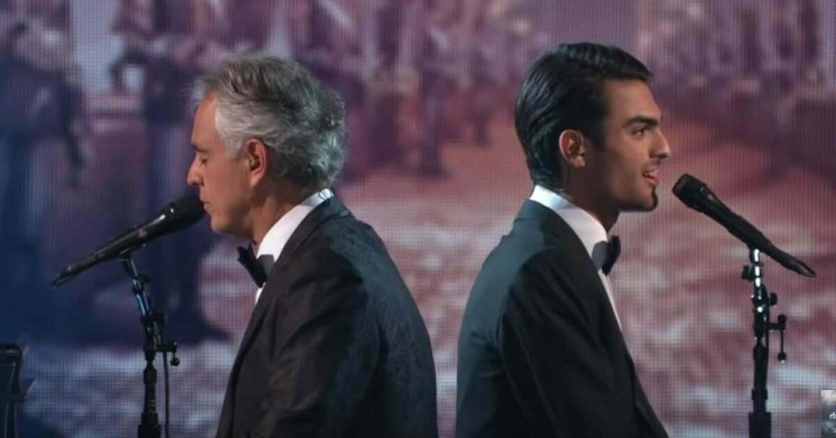 Andrea Bocelli wykonuje piękną piosenkę wraz ze swoim przystojnym synem i wprawiają publiczność w zachwyt