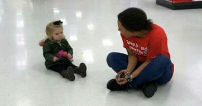Sprzedawczyni Liliana siedzi na podłodze w sklepie z małą dziewczynką