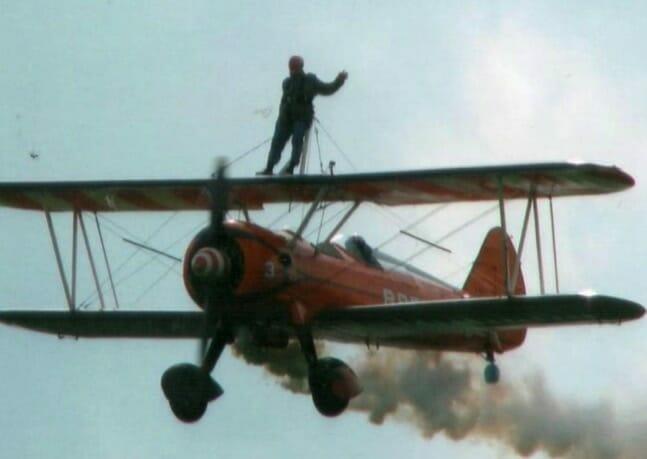 Samolot z człowiekiem na płatach