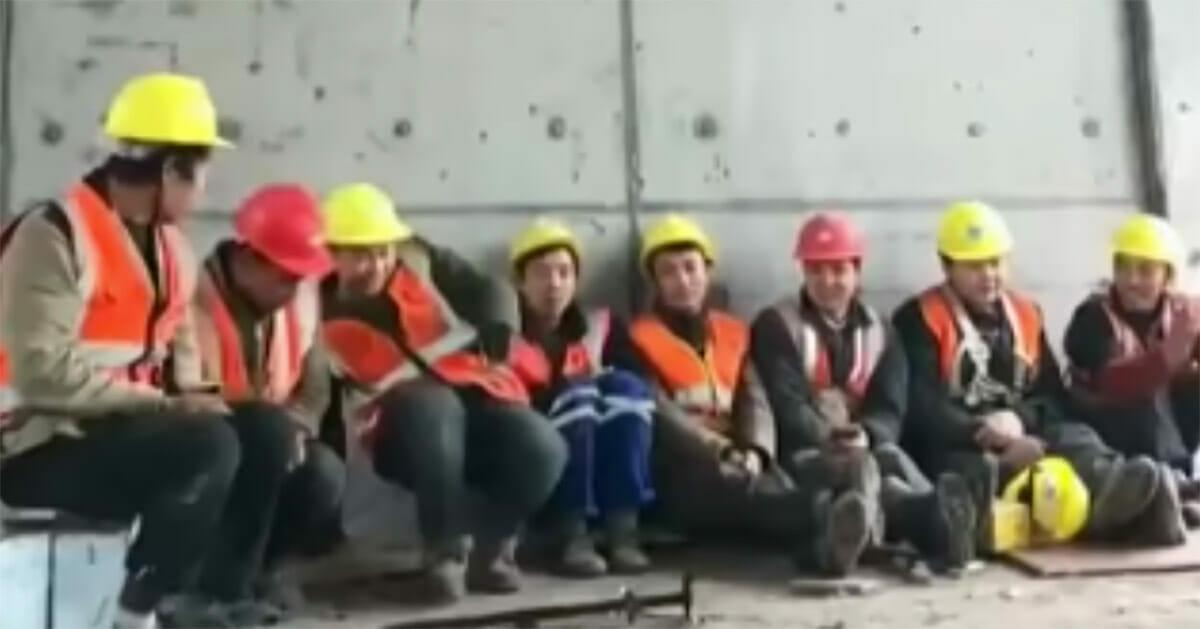 Pracownicy na budowie robią przerwę - jeden z nich postanowił zademonstrować swoje umiejętności taneczne
