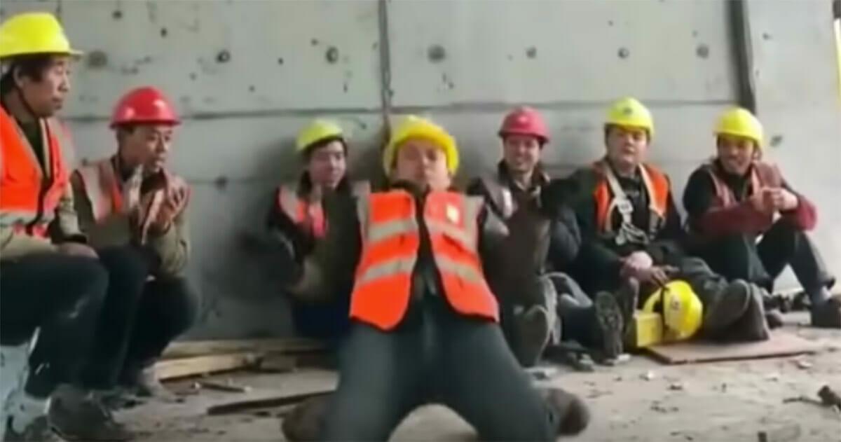 Pracownik tańczy