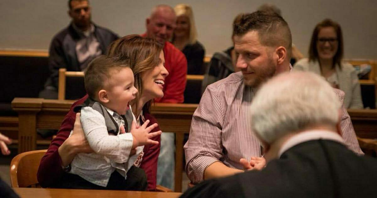 W chwili gdy sędzia ogłasza decyzje w sprawie adopcji, dziecko wykrzykuje słowo, które wszystkich doprowadza do łez