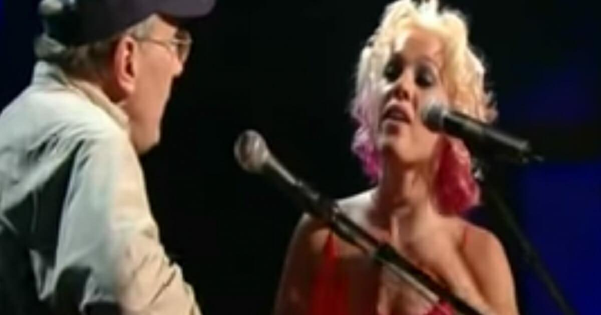 Pink i jej ojciec wspólnie wykonują piosenkę napisaną przez mężczyznę