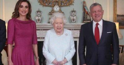 królowa Elżbieta podczas spotkania ze swoimi gośćmi