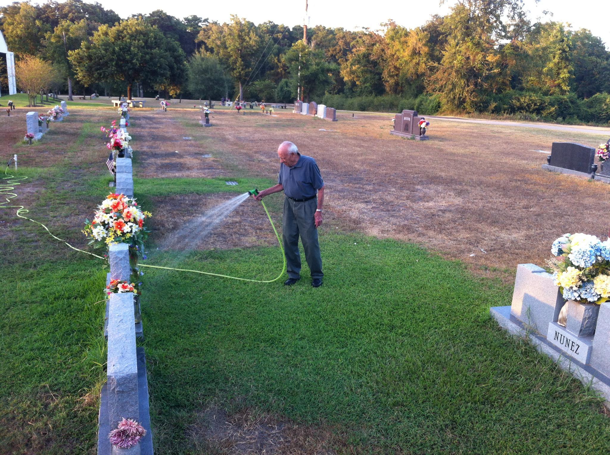 Jake Reissig podlewa trawę na grobie swojej żony