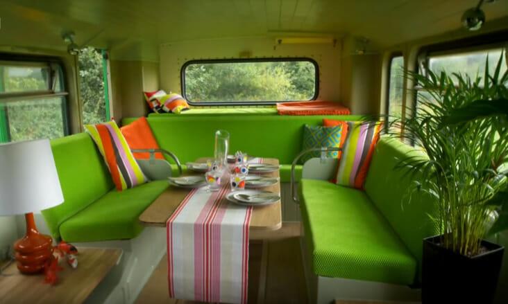 zielone wnętrze autobusu