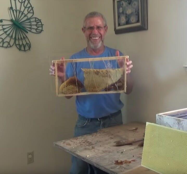 Jeff pozostawiający plaster dla pszczół, których nie udało mu się zebrać