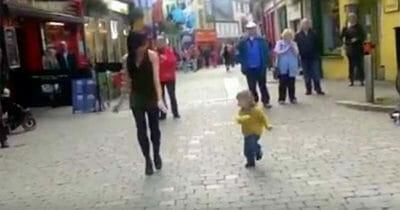 Dziewczynka, która przyłączyła się do kobiety tańczącej na miejskim placu