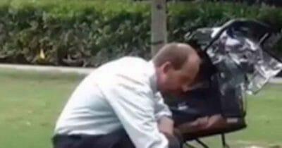 Mężczyzna w parku, pusty wózek w tle