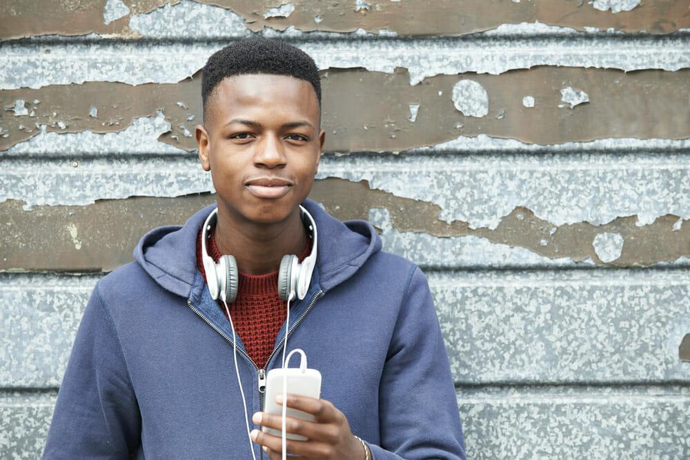Czarny chłopak z telefonem w ręku