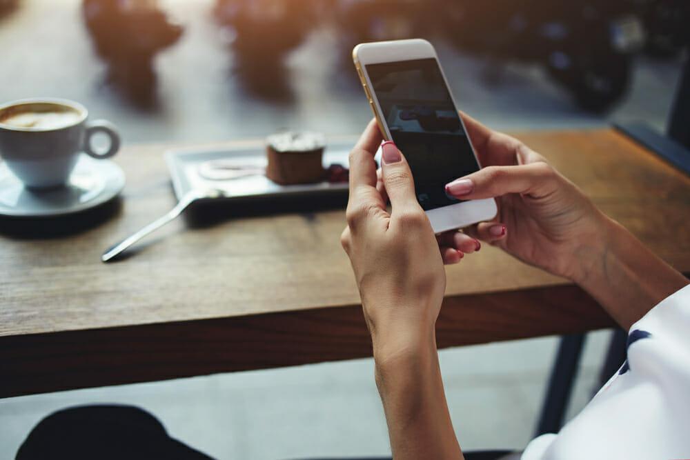 Telefon komórkowy trzymany w rękach kobiety