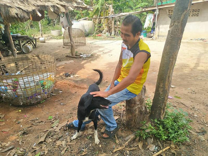 Pies Ping Pong ze swoim właścicielem Usa Nisaika