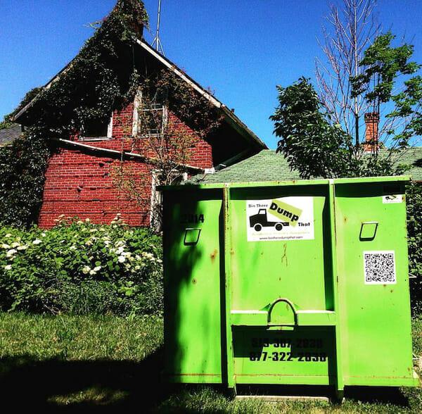 Kontener na śmieci przed domem Lawrence'a
