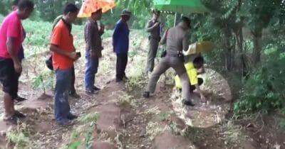 Grupka mężczyzn analizuje miejsce, w którym znaleziono dziecko