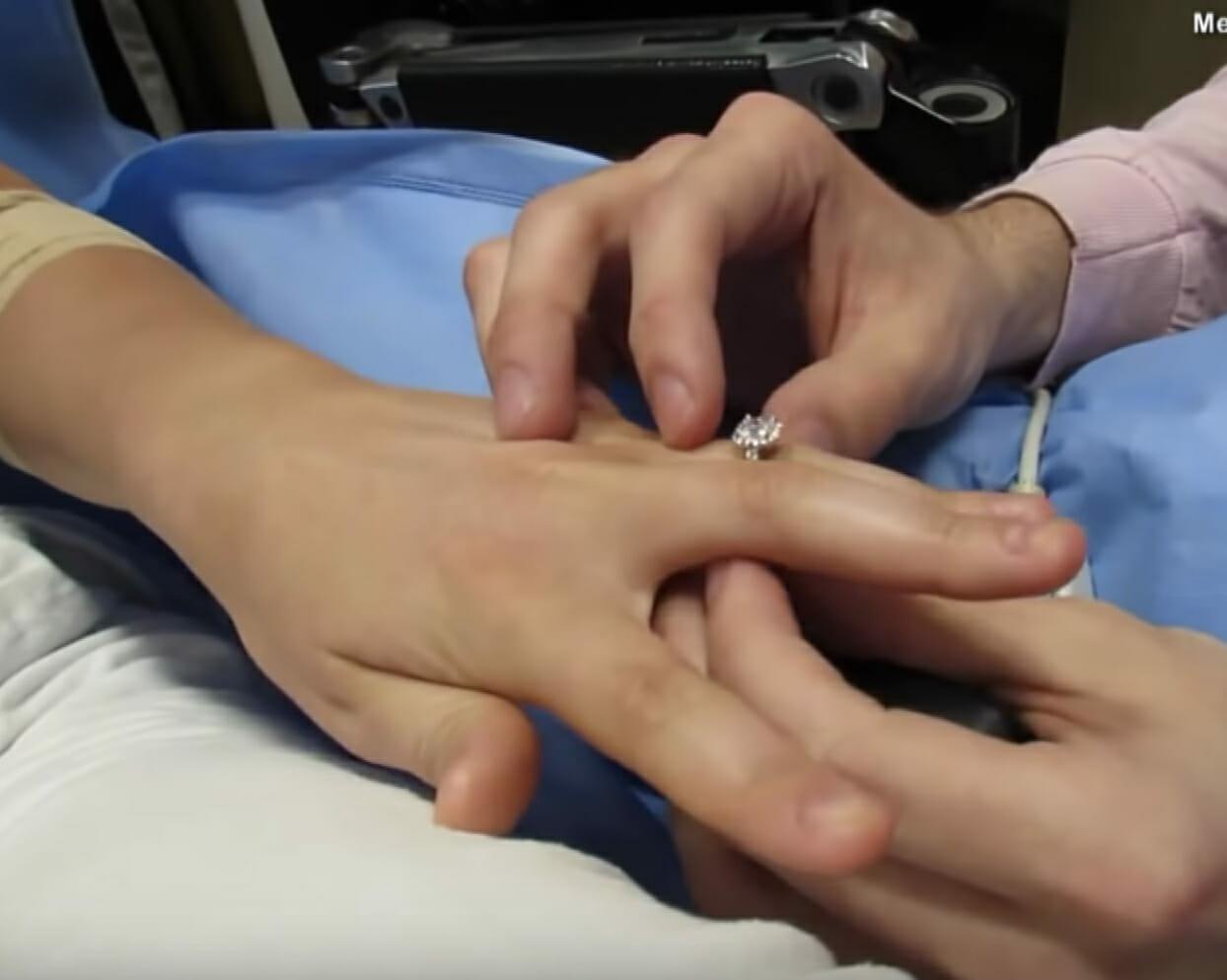 Dłonie Jill i Maxa podczas oświadczyn