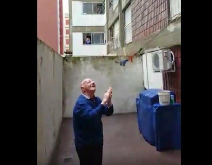 Manuel cieszący się z niespodzianki