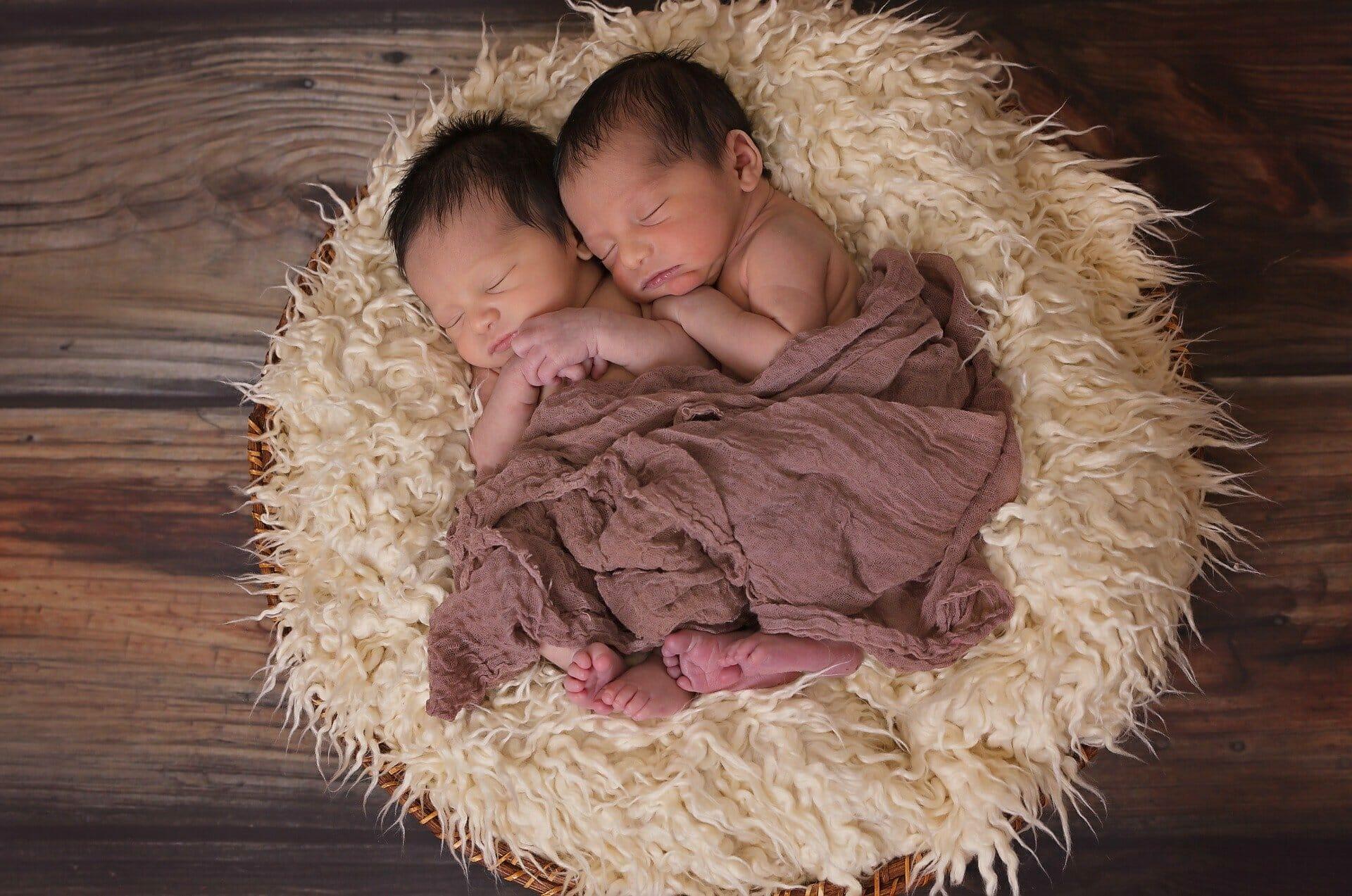 dzieci śpiące na poduszce